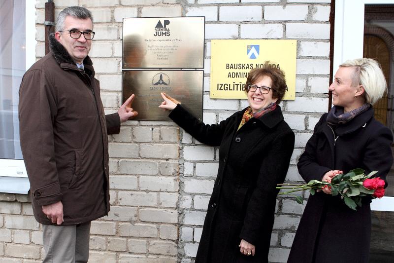 Start Strong karjeras centra atklāšana Bauskā (no kreisās: Bauskas mērs Raitis Ābelnieks, ASV vēstniece Latvijā Nensija Baikofa Petita, programmas koordinatore Solvita Jirgensone).